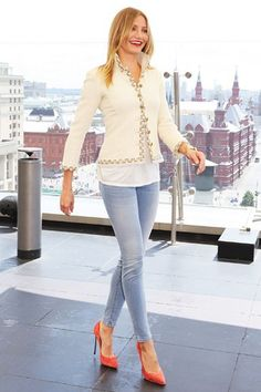 Cameron Diaz in a tweed Chanel jacket, J Brand denim leggings and suede Casadei heels.                                                                                                                                                      Más