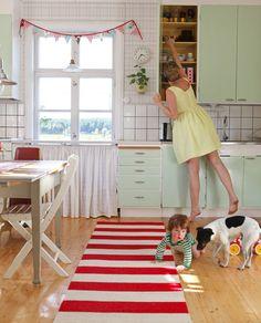 Inredningsguiden: Inred ditt kök i retrostil - Sköna hem Färgen på skåpsluckorna!