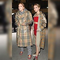 Mary kate and ashley olsen wearing burberry coats Mary Kate Ashley, Mary Kate Olsen, Elizabeth Olsen, Ashley Olsen Style, Olsen Twins Style, Rupaul, Look Fashion, Fashion Outfits, Trendy Fashion