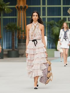 The ready-to-wear of the Cruise Fashion collection on the CHANEL official website Chanel Cruise, Live Fashion, Fashion Week, Runway Fashion, Fashion Show, Fashion Design, Women's Fashion, Fashion Trends, Outfits