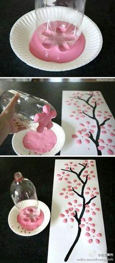 Flores con una botella de plastico