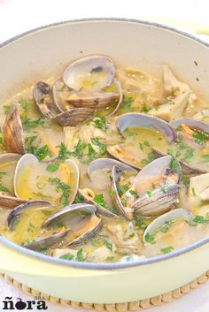artichokes and clams Fat Free Recipes, Healthy Recipes, Nordic Recipe, Spanish Cuisine, Spanish Recipes, Slow Food, Mediterranean Recipes, Fish And Seafood, No Cook Meals