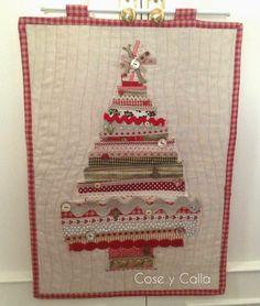 Panel árbol de Navidad con cintas y botones