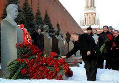 Il leader del partito comunista russo Gennady Zyuganov rende omaggio alla tomba di Stalin