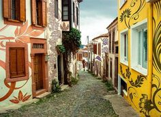 Cunda, Turquía Calle con casas cuyas fachadas fueron decoradas artísticamente en Cunda. Es una pequeña isla en el noroeste del mar Egeo, fre...