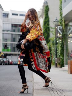 I dig the kimono / robe trend. Best Street Style, Street Chic, Street Wear, Kimono Fashion, Boho Fashion, Fashion Looks, Style Casual, My Style, Retro Style
