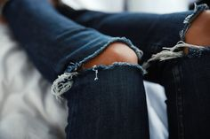 Today's close up details - this indigo ripped jeans are a big denim crush Insta Boyfriend Jeans, Vaqueros Boyfriend, My Jeans, Ripped Jeans, Blue Jeans, Ripped Knees, Denim Jeans, Bohol, Street Fashion
