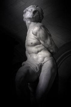 """❤ - L'esclave rebelle.    Captif  """"L'esclave rebelle"""", de Michel-Ange exécuté en 1513 - 1515 pour le tombeau du pape Jules II. (Musée du Louvre - Paris)."""