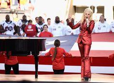Lady Gaga en total look Gucci sur-mesure lors du Super Bowl le 7 février 2016