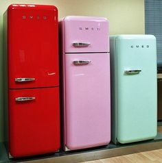 SMEG really would love to have that red one in my kitchen Smeg Kitchen, Smeg Fridge, Retro Fridge, Kitchen Decor, Paint Fridge, Kitchen Design, Vintage Appliances, Home Appliances, Electrical Appliances