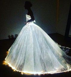 Olha como o vestido de Claire Danes se acende no escuro. Abre a galeria pra vê-lo no tapete vermelho