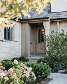 Elegant Home Decor, Elegant Homes, Fresco, English Country Cottages, Farmhouse Garden, Farmhouse Ideas, Cottage Exterior, Exterior Houses, Modern English