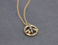 Charms For Necklaces Silver Real Gold Jewelry, Bee Jewelry, Jewelry Accessories, Women Jewelry, Jewelry Design, Gold Jewellery, Jewelry Ideas, Bee Necklace, Chain Pendants