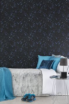 'Astra' Get more space in your bedroom with this wallpaper from Duro. Scandinavian Wallpaper, Wallpaper Ceiling, Sleeping Under The Stars, Pattern Matching, Shared Rooms, High Class, Grey Walls, Designer Wallpaper, One Color