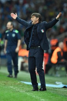 Italy's coach Antonio Conte reacts during the Euro 2016 group E football match between Italy and Ireland at the Pierre-Mauroy stadium in Villeneuve-d'Ascq, near Lille, on June 22, 2016. / AFP / MIGUEL MEDINA