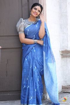 Beautiful Sreemukhi in vintage style.Sreemukhi for Saregamapa today in this lovely saree!Outfit by Rekha's by Kirthana Sunil. Saree Jacket Designs, Blouse Designs High Neck, Sari Blouse Designs, Designer Blouse Patterns, Fancy Blouse Designs, Bridal Blouse Designs, Designs For Dresses, Blouse Styles, Pattern Blouses For Sarees