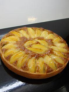 """J'avais envie de vous faire partager aujourd'hui un classique de la pâtisserie française: la tarte aux poires """"Bourdaloue""""! Je la réalise toujours avec ma pâte sablée et une délicieuse crème d'amande légèrement parfumée d'un vieux Rhum. J'utilise des..."""
