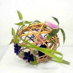 Ikebana Basket | ikebana / Lily ,clematis and bamboo basket bij Syouka