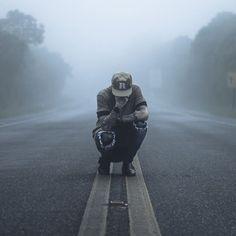 Resultado de imagem para foto tumblr sentada no asfalto