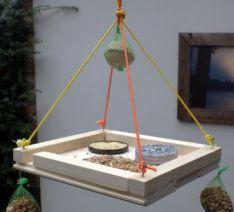 Gaaf dit! Een voederplank maken met je kinderen / kids! Handig en lief voor de volgens, aangezien er sneeuw zit aan te komen. Creatief en gemakkelijk. Hoe? Ga naar www.Budgi.nl