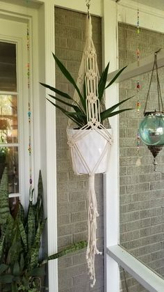 How to Plant Potted Flowers Outdoors in the Soil : Garden Space – Top Soop Macrame Plant Hanger Patterns, Macrame Wall Hanging Patterns, Macrame Plant Holder, Macrame Plant Hangers, Macrame Patterns, Indoor Plant Hangers, Macrame Curtain, Diy Chandelier, Macrame Design