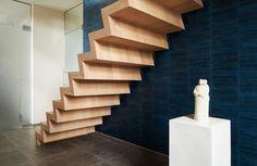 Zelfdragende eiken trap onderkant zichtbaar afgewerkt.