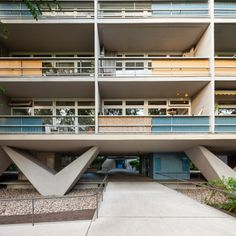 Brazilian architect Pedro Vannucchi has captured an apartment building Oscar Niemeyer completed in Berlin, Germany in these new photographs. Modern Architecture House, Futuristic Architecture, Classical Architecture, Chinese Architecture, Modern Houses, Historic Architecture, Oscar Niemeyer, Meditation Rooms, Concrete Houses