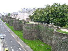 """De Romeinse muur van Lugo (Spaans, Galicisch: Muralla Romana de Lugo) dateert uit de 3e eeuw n.Chr. en is nog grotendeels intact. De muur, met een lengte van meer dan 2 kilometer, omringt het historische centrum van Lugo in Galicië (Spanje). De vestingwerken werden eind 2000 opgenomen op de Werelderfgoedlijst van UNESCO als """"het meest vooraanstaande voorbeeld van laat-Romeinse vestingwerken in west-Europa"""". De muur heeft sinds 1921 tevens Spaanse monumentstatus als Bien de Interés Cultural…"""
