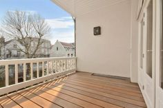 Spacious balcony. (Vossiusstraat 1071 AE Amsterdam | Expat Housing)