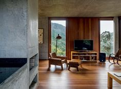 Casa de vidro, madeira e concreto fica isolada na Chapada Diamantina