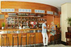 ¿Te apetece tomar algo? Disfruta del servicio de Bar del Aparthotel Floramar. www.comitashotels.com
