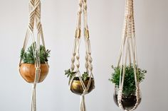 By tapas na lingua Macrame Plant Hangers ❤️ Diy Hanging Planter, Woven Wall Hanging, Diy Planters, Hanging Baskets, Indoor Garden, Indoor Plants, Inside Plants, Macrame Plant Hangers, Macrame Projects