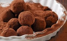 Chocolate truffles are a classical French confectionery recipe that can be easily recreated without using any sugar. They make a wonderfully rich and decadent treat.Truffles are made from chocolate… Keto Chocolate Mousse, Dark Chocolate Truffles, Vegan Dark Chocolate, Sugar Free Chocolate, Low Carb Deserts, Low Carb Sweets, Chocolates, Low Carb Diet, Low Carb Recipes