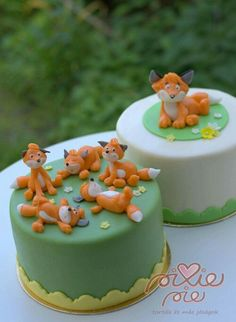 Pixie Pie - cakes & other goodies: fondant covered cakes with Mama & baby foxes.......