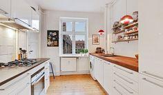 Lys treværelses lejlighed i Skt. Kjelds Kvarter på Østerbro. Her får du tre store, regulære rum, et flot istandsat badeværelse og et rummeligt, tosidet Svane køkken - alt sammen en kort cykeltur fra Indre By og badestrand. Indenfor er stilen klassisk københavnsk. De smukke, originale plankegulve er bevarede, ligesom lejligheden også har fyldningsdøre, almuelister, termovinduer og stukloft med roset. Lejlighedens to stuer ligger i åben forbindelse og kan nemt inddeles i stue og værelse…