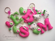 Llaveros de fieltro de Hello Kitty Felt Name Banner, Felt Letters, Hobbies And Crafts, Diy And Crafts, Arts And Crafts, Craft Presents, Felt Keychain, Easy Crochet Hat, Felt Pillow