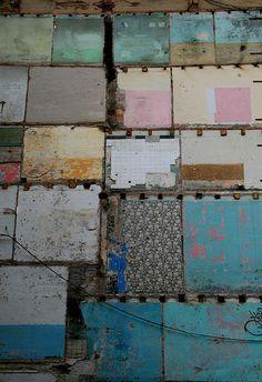 L'immeuble a été rasé. Seul le patchwork des murs peints ou tapissés des différents appartements témoigne qu'il y a eu de la vie... / By Natasha Wheatland.