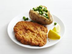 I'm trying anything with the word Schnitzel. Get Pork Schnitzel with Cheesy Potatoes Recipe from Food Network Pork Recipes, Cooking Recipes, Pork Meals, Yummy Recipes, Asian Recipes, Food Network Recipes, Food Processor Recipes, Pork Schnitzel, Recipes