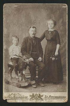 Семейное фото. Мальчик на деревянном коне. Кадиссон. Петербург.