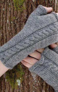 Wohlttigkeitskampagne gray arm warmers f - kampagne Crochet Gloves Pattern, Knitting Patterns, Crochet Patterns, Fingerless Gloves Knitted, Knitted Hats, Hand Crochet, Knit Crochet, Patterned Socks, Wrist Warmers