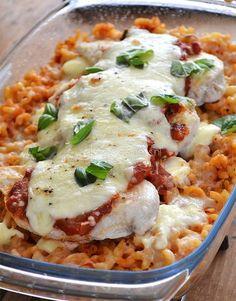 Liefhebbers van ovenpasta opgelet! Deze Caprese ovenpasta met kip is verslavend lekker en je zult het jammer vinden zodra de schaal leeg is.