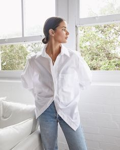 Here are the French wardrobe essentials and French fashion style basics that are found in every French girl's closet to get Parisian chic Effortlessly Chic Outfits, Casual Chic Outfits, Chic Summer Outfits, Modest Outfits, Oversized White Shirt, White Shirt Outfits, Outfits Mujer, White Button Down Shirt, Button Downs