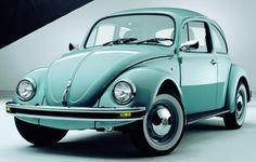 """El Volkswagen Escarabajo.La palabra """"Volkswagen"""" significa """"coche popular"""", este diseño respondía al menos a dos importantes necesidades del consumidor; el motor situado en la parte trasera  y la forma redondeada semejante a un escarabajo, eran una atractiva combinación de estética y economía muy popular durante mas de cuatro décadas."""