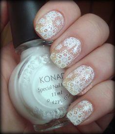 Pretty snowflake nails