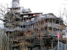 World's Largest Tree House - tall and roughly sq ft, located in Crossville, Tennessee, and bulit by Horrace Burges. I only live like an hour from crossville now! MUST SEE! Big Tree, In The Tree, White Oak Tree, Building A Treehouse, Treehouse Hotel, House Building, Cool Tree Houses, Tiny Houses, Huge Houses