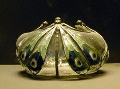 Vase à décor de papillons vers 1905 (émail translucide sur cuivre) par Eugène Feuillâtre (1879-1916). Art nouveau au Musée d'Orsay, Paris.