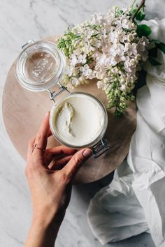 This Homemade Body Butter is made of just few ingredients: coconut oil, cacao butter & almond oil! It's great for the entire body and for preventing stretch marks as well. Coconut Oil For Teeth, Natural Coconut Oil, Coconut Oil Pulling, Coconut Oil Hair Mask, Coconut Oil Uses, Benefits Of Coconut Oil, Organic Coconut Oil, Bio Oil Stretch Marks, Homemade Body Butter