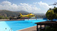 Helicoptero cargando agua en piscina