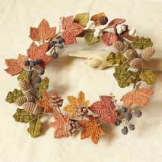 草木染め:秋の木の実と木の葉のリース(山ぶどう、どんぐり、モミジバフウ、なんきんはぜ) Crochet Bouquet, Crochet Wreath, Crochet Fall, Crochet Home, Irish Crochet, Diy Crochet, Halloween Crochet Patterns, Crochet Flower Patterns, Crochet Flowers