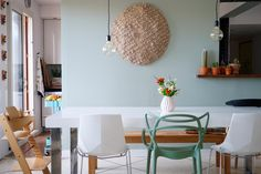 The mismatched chairs are fashionable at home! Mismatched Dining Chairs, Table And Chairs, Dining Table, Tables, Dining Room, White Wall Lights, Home Coffee Stations, Living Room Grey, Interior Exterior